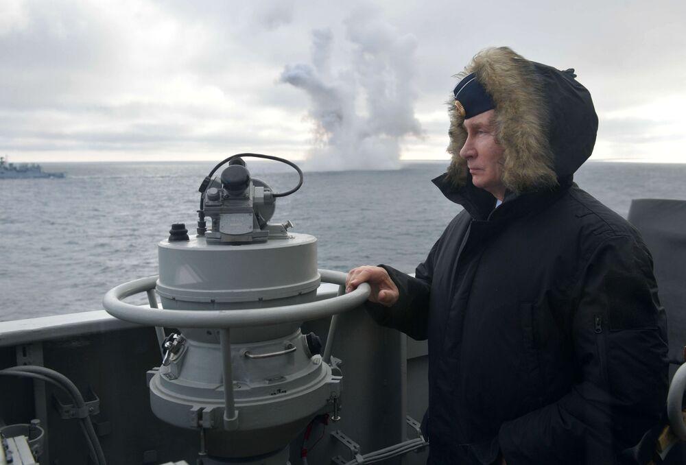 Władimir Putin obserwuje manerwy wojskowe Floty Północnej i Czarnomorskiej na Morzu Czarnym z krążownika Marszałek Ustinow