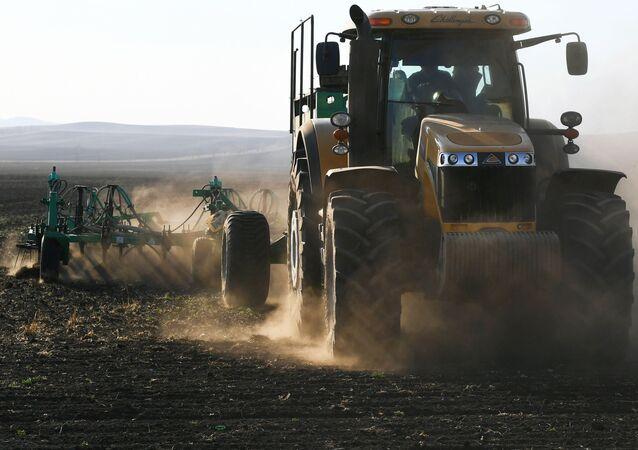 Rolnik pracuje w polu