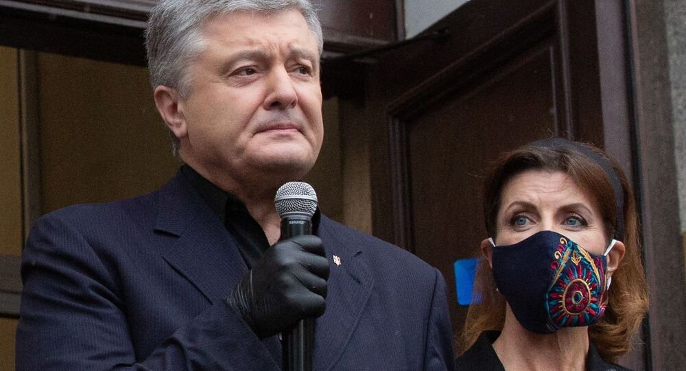 Były prezydent Ukrainy, deputowany Rady Najwyższej Ukrainy Petro Poroszenko przemawia przed budynkiem Sądu Rejonowego