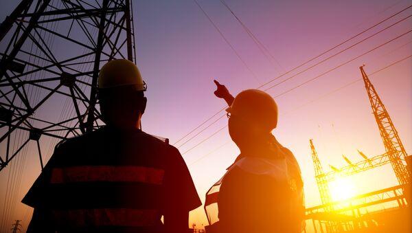 Dwóch pracowników przy wsporniku linii energetycznej - Sputnik Polska