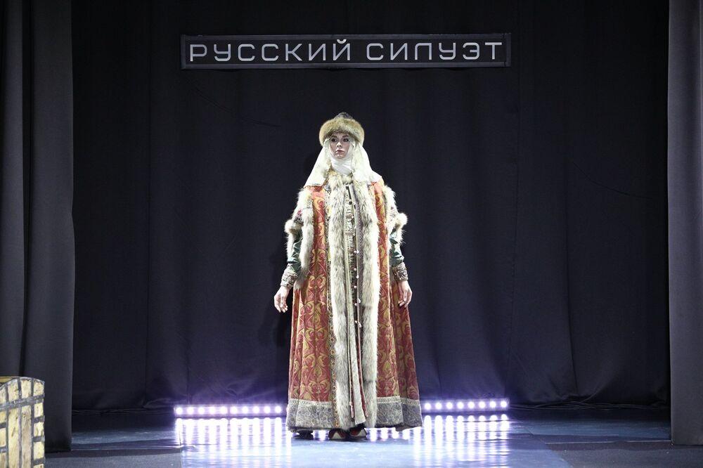 """Pokaz mody """"Od Iwana Groźnego do Ilji Głazunowa"""" w Moskwie"""
