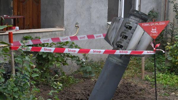 Niewypał na podwórzu przed jednym z domów mieszkalnych w mieście Gandża w zachodnim Azerbejdżanie. - Sputnik Polska
