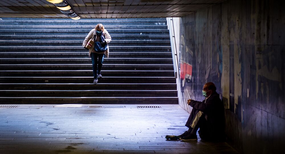 Ludzie w maskach w przejściu podziemnym, Bratysława