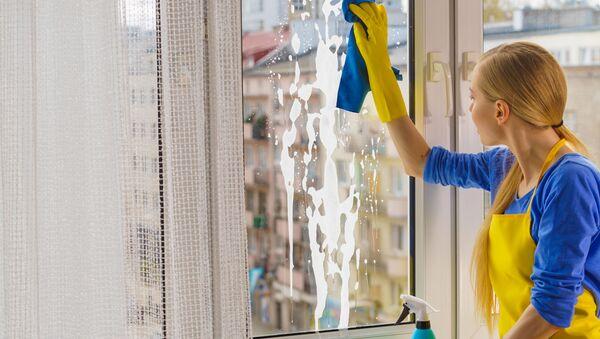 Dziewczyna myje okna - Sputnik Polska