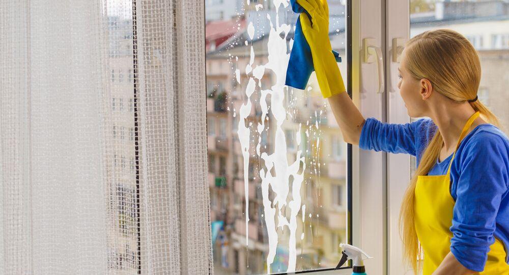 Dziewczyna myje okna