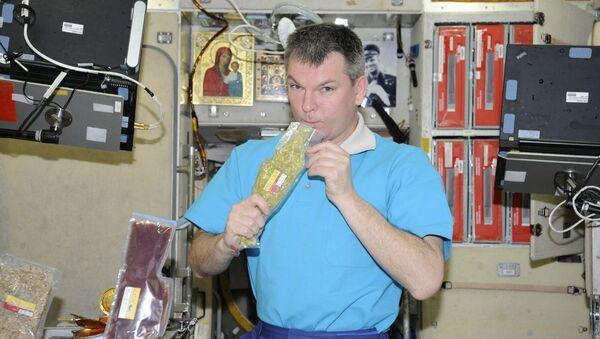 """Kosmonauta Roskosmosu Aleksandr Samokutiajew z kosmicznym jedzeniem """"Zupa ryżowa z mięsem"""" na pokładzie MSK - Sputnik Polska"""