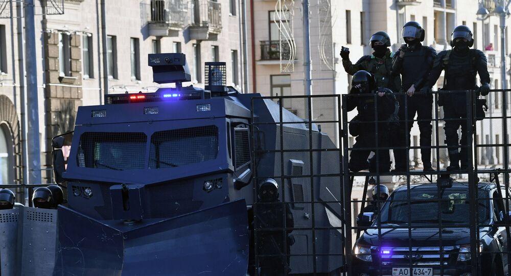 """Funkcjonariusze organów ścigania podczas 'marszu sprawiedliwości"""" w Mińsku"""