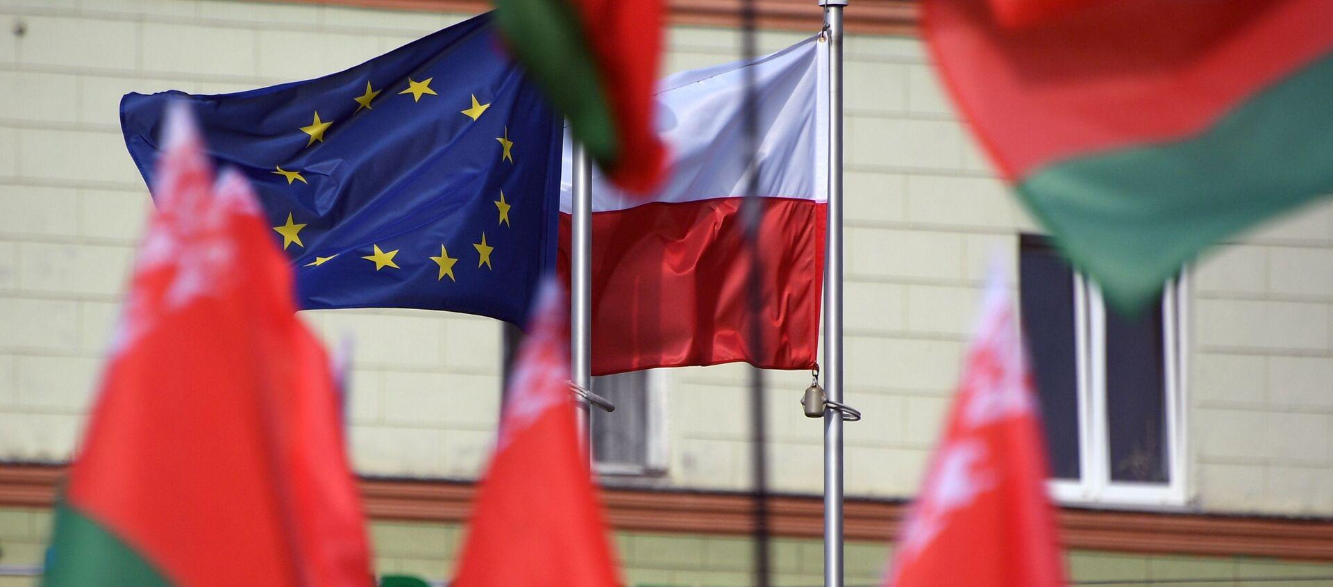 Flagi Białorusi, Polski i UE przed Ambasadą RP w Mińsku. - Sputnik Polska, 1920, 23.03.2021