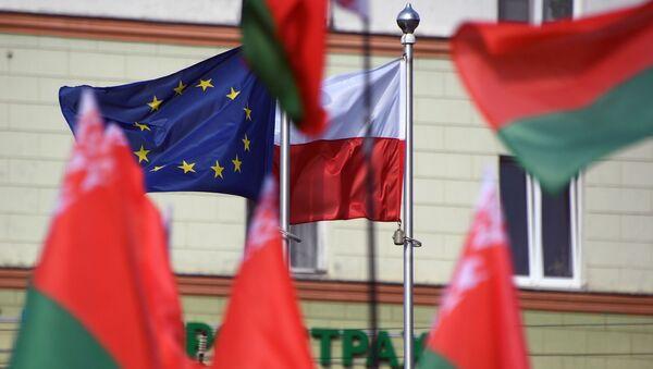 Flagi Białorusi, Polski i UE przed Ambasadą RP w Mińsku. - Sputnik Polska