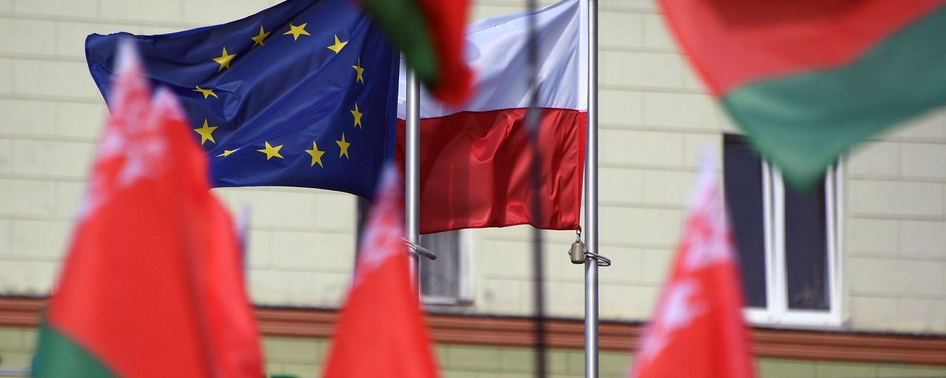 Flagi Białorusi, Polski i UE przed Ambasadą RP w Mińsku. - Sputnik Polska, 1920, 02.05.2021