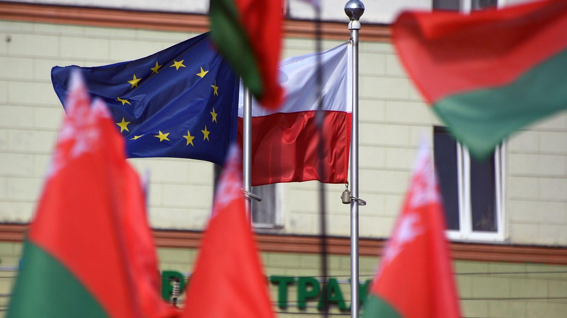 Flagi Białorusi, Polski i UE przed Ambasadą RP w Mińsku. - Sputnik Polska, 1920, 13.04.2021