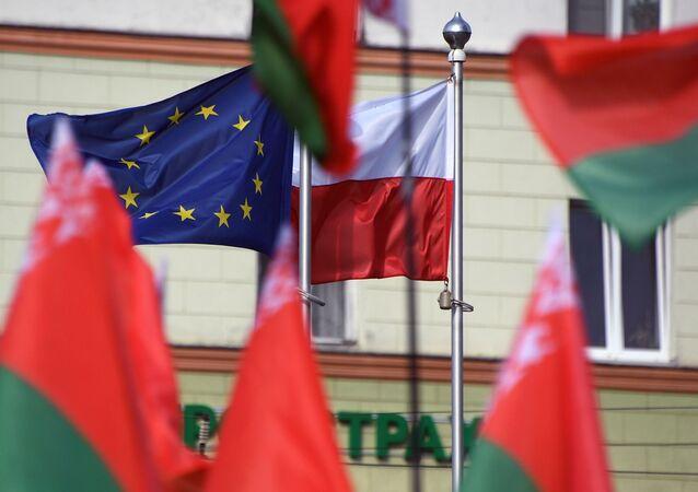 Flagi Białorusi, Polski i UE przed Ambasadą RP w Mińsku.
