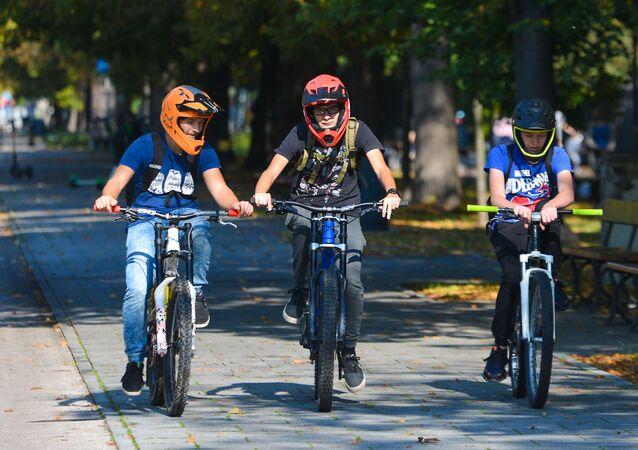 Chłopcy na rowerach