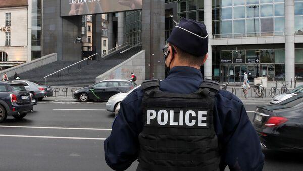 Francuska policja przed Operą Bastylia, gdzie podejrzany o napad z bronią palną w pobliżu dawnych biur magazynu Charlie Hebdo został aresztowany, Francja 25 września 2020 r. - Sputnik Polska