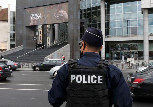 Francuska policja przed Operą Bastylia, gdzie podejrzany o napad z bronią palną w pobliżu dawnych biur magazynu Charlie Hebdo, został aresztowany, Francja 25 września 2020 r.