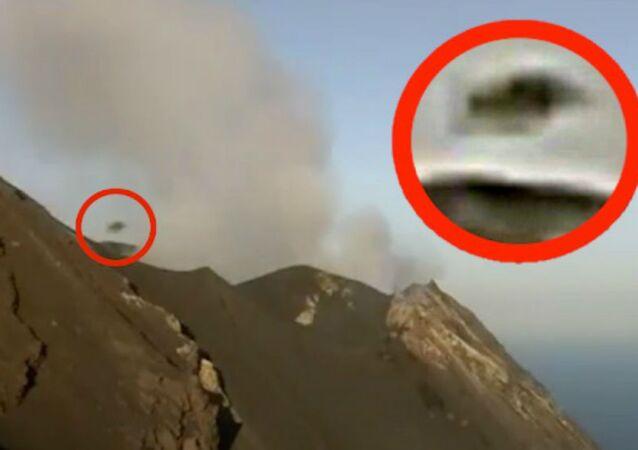 Zrzut ekranu z wideo, na którym zaprezentowano obiekt, wylatujący z wulkanu Stromboli na Sycylii