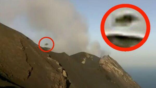 Zrzut ekranu z wideo, na którym zaprezentowano obiekt, wylatujący z wulkanu Stromboli na Sycylii - Sputnik Polska