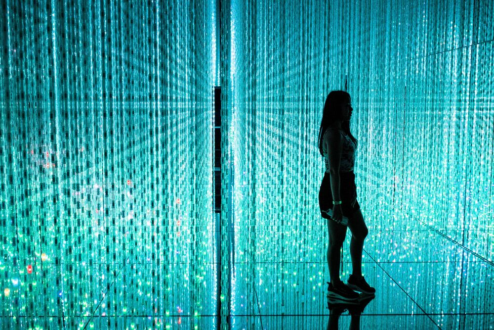 """Interaktywna instalacja """"Las rezonujących lamp"""" w Tokio"""