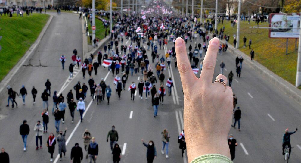 """Wiec opozycji w Mińsku. Uczestnicy wiecu protestacyjnego """"Marsz partyzancki"""" w Mińsku, Białoruś"""