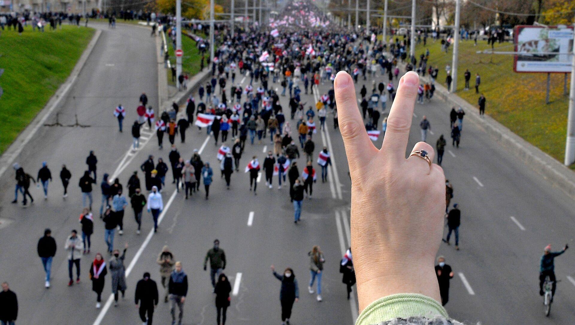 """Wiec opozycji w Mińsku. Uczestnicy wiecu protestacyjnego """"Marsz partyzancki"""" w Mińsku, Białoruś - Sputnik Polska, 1920, 12.02.2021"""