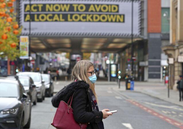Kobieta w masce. Manchester