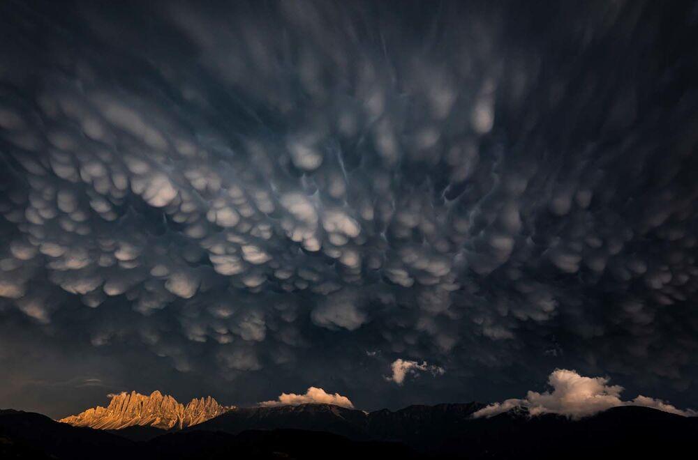 """Zdjęcie """"Mammatus clouds over the Dolomites"""" autorstwa włoskiego fotografa Georga Kantiolera, zwycięzcy w kategorii Krajobrazy w konkursie European Wildlife Photographer of the Year 2020."""