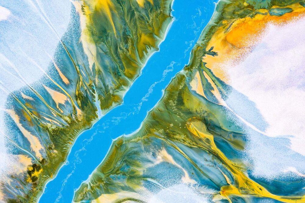 """Fotografia """"Blue River"""" zrobiona przez rumuńskiego fotografa Gheorghe Popa, wysoko oceniona w kategorii Nature's Studio European Wildlife Photographer of the Year 2020."""