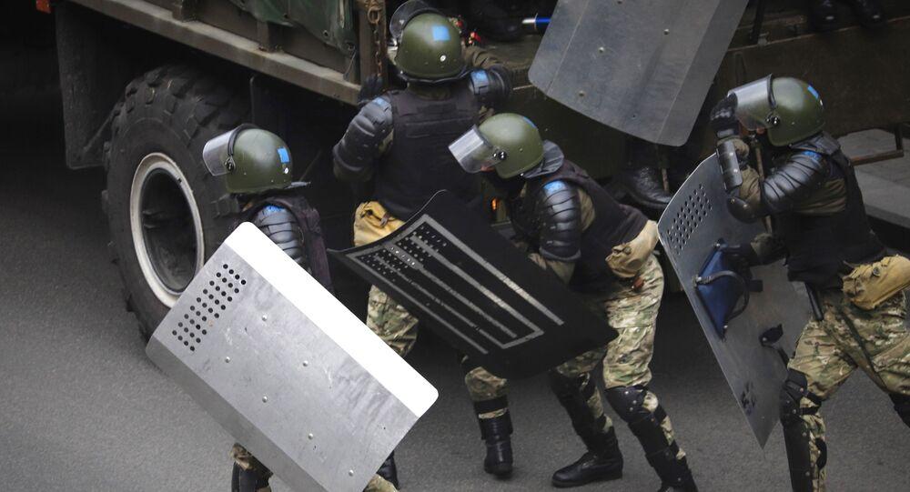 Policjanci podczas protestów w Mińsku.