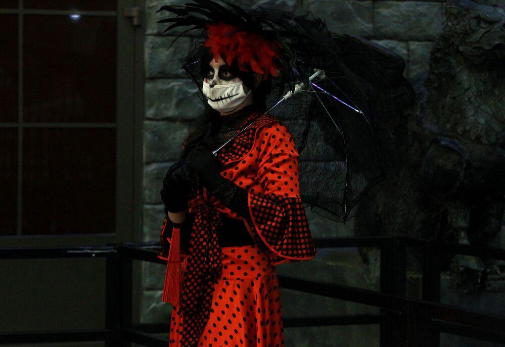 """Animator podczas imprezy Halloween w parku rozrywki """"Wyspa Marzeń"""" w Moskwie"""