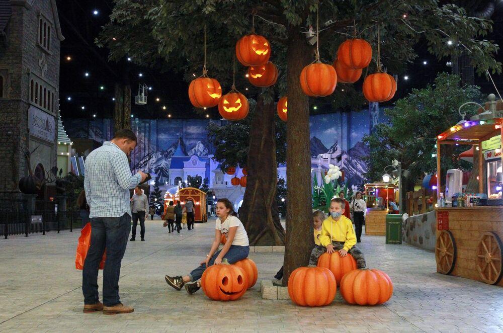 """Dzieci na Halloween w moskiewskim parku rozrywki """"Wyspa Marzeń"""""""