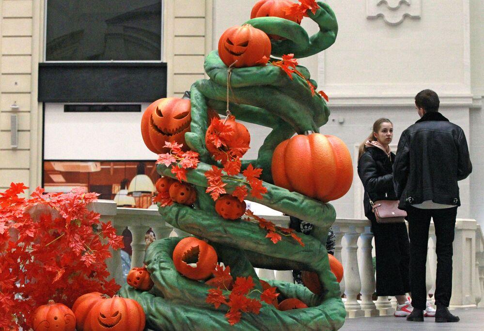 """Młodzi ludzie na Halloween w moskiewskim parku rozrywki """"Wyspa Marzeń"""""""