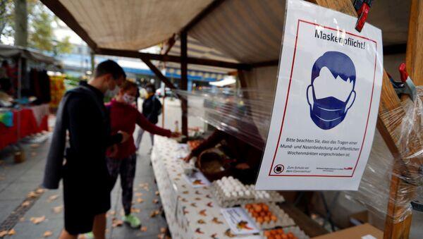 Ludzie w maskach na rynku w Berlinie - Sputnik Polska