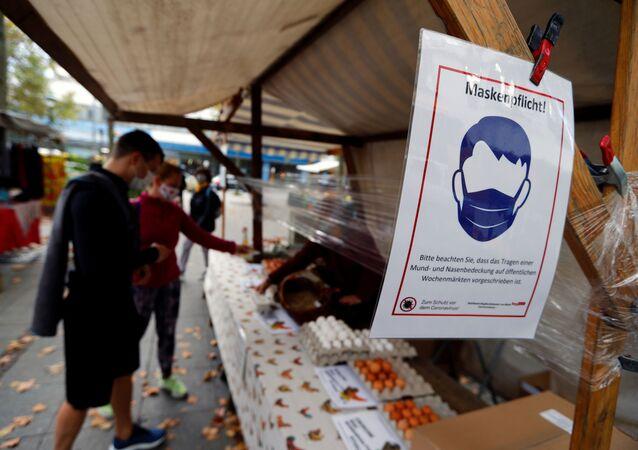Ludzie w maskach na rynku w Berlinie