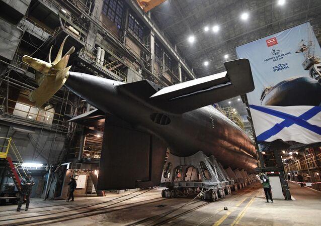 """Uroczysta ceremonia zwodowania okrętu podwodnego z silnikiem spalinowym """"Wołchow"""" dla Floty Oceanu Spokojnego w Petersburgu"""