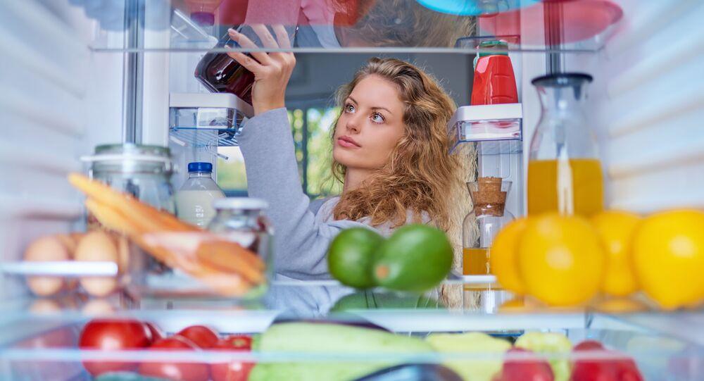 Kobieta wyciąga produkty z lodówki