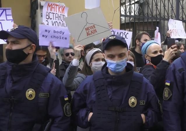 Zwolennicy i przeciwnicy zakazu aborcji zorganizowali wiec pod ambasadą Polski w Kijowie