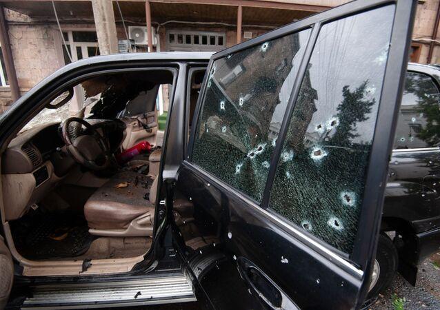 Samochód uszkodzony w wyniku ostrzału w Stepanakert w Górskim Karabachu