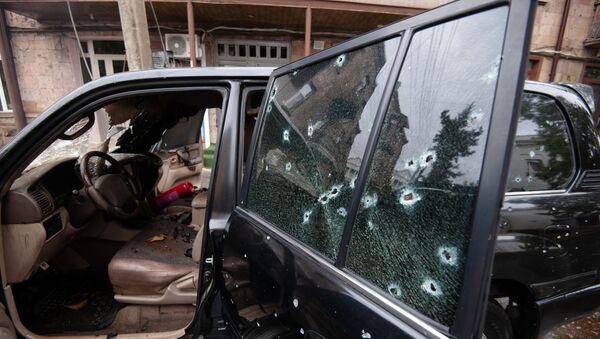 Samochód uszkodzony w wyniku ostrzału w Stepanakert w Górskim Karabachu - Sputnik Polska