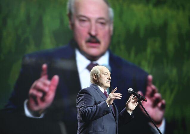 Prezydent Białorusi Alaksandr Łukaszenka przemawia na forum kobiet w Mińsku