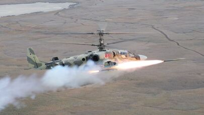 Piloci lotnictwa wojskowego Południowego Okręgu Wojskowego odpalają przeciwpancerny pocisk kierowany Wihr-1 podczas szkolenia na śmigłowcu szkoleniowym Ka-52