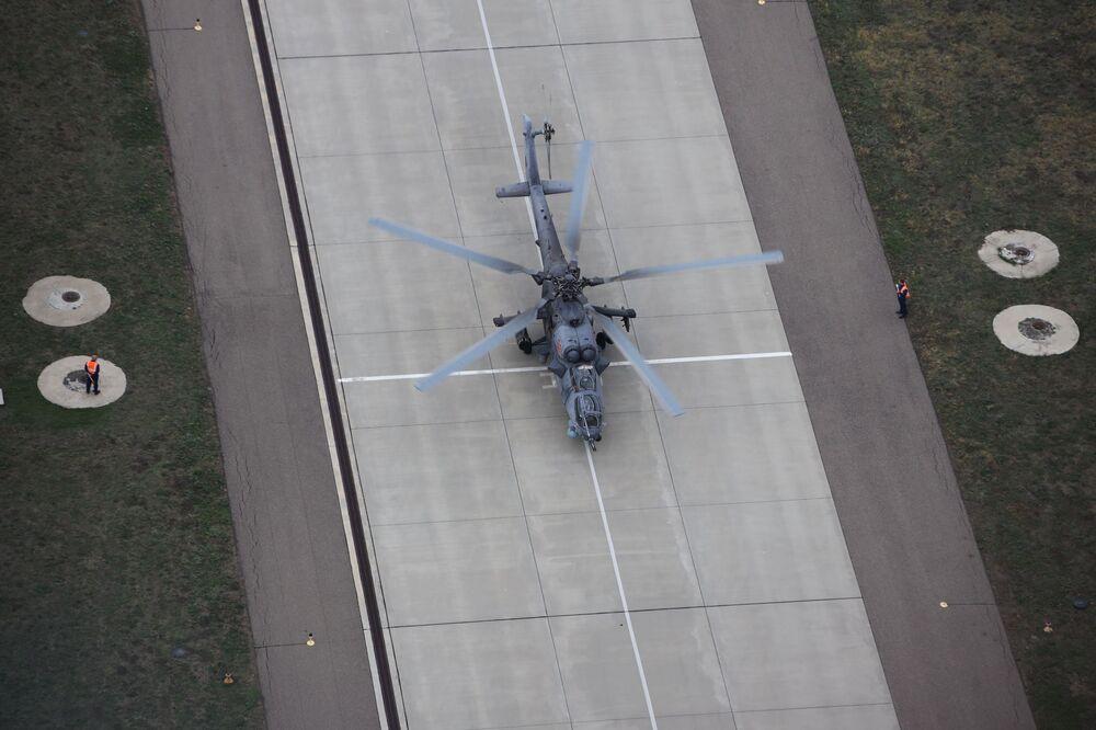 Piloci lotnictwa wojskowego Południowego Okręgu Wojskowego podczas szkolenia na śmigłowcu szkolno-bojowym Mi-28UB