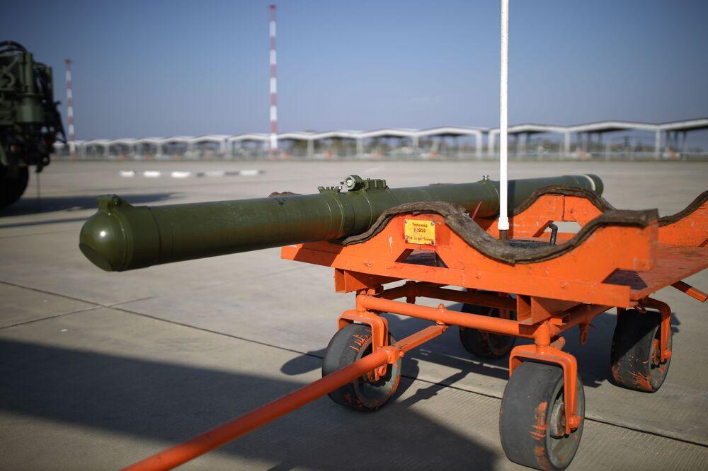 """System rakiet przeciwpancernych """"Wihr-1"""" przed załadowaniem na śmigłowiec szkoleniowy na ćwiczeniach Południowego Okręgu Wojskowego"""