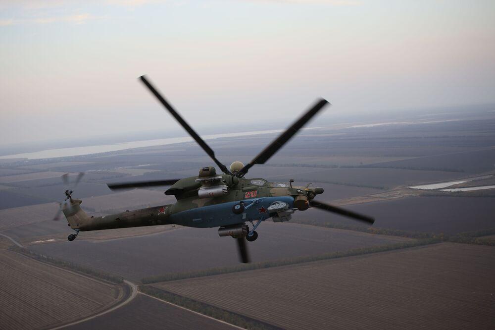 Piloci lotnictwa wojskowego Południowego Okręgu Wojskowego przechodzą szkolenie na śmigłowcu szkolno-bojowym Mi-28UB podczas ćwiczeń Południowego Okręgu Wojskowego