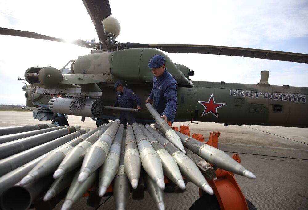 Przygotowanie śmigłowca bojowego Mi-28UB, na którym szkolą się piloci lotnictwa wojskowego Południowego Okręgu Wojskowego