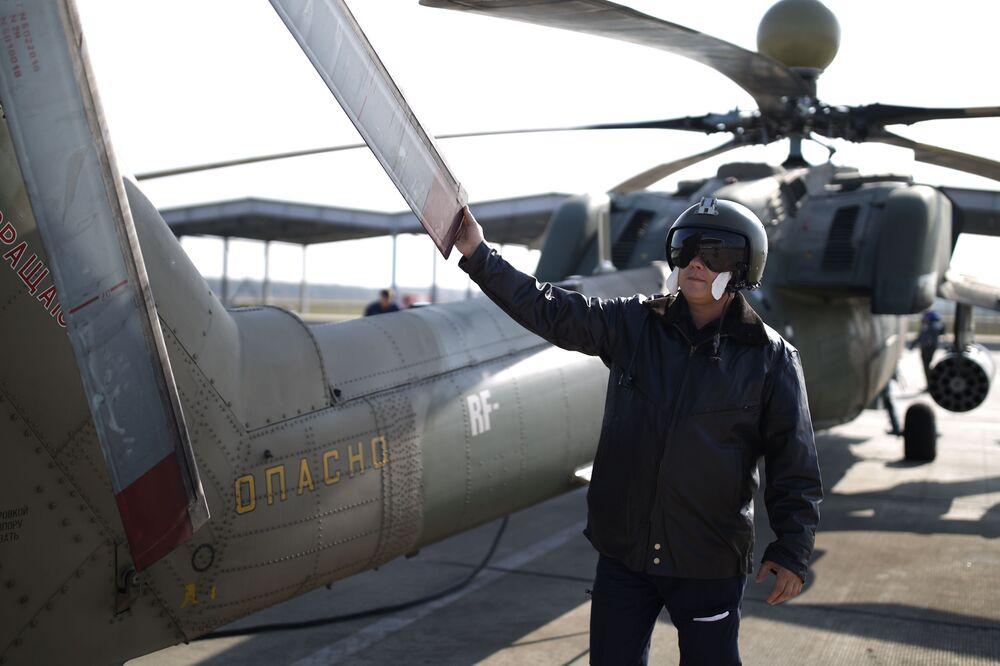 Pilot lotnictwa wojskowego Południowego Okręgu Wojskowego podczas szkolenia na śmigłowcu szkolno-bojowym Mi-28UB
