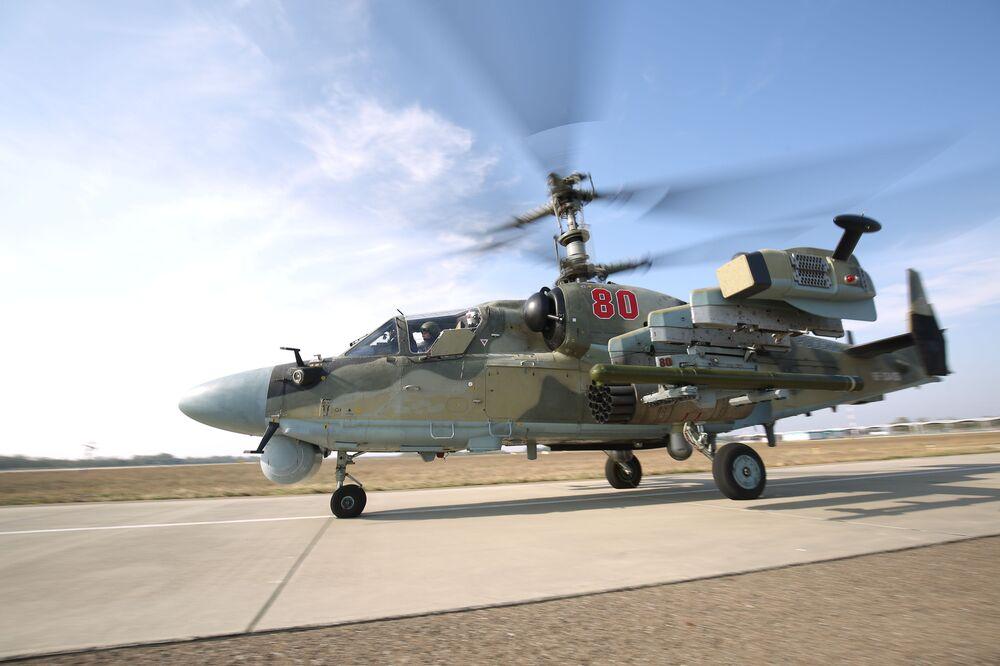 Piloci lotnictwa wojskowego Południowego Okręgu Wojskowego przechodzą szkolenie na śmigłowcu szkoleniowym Ka-52