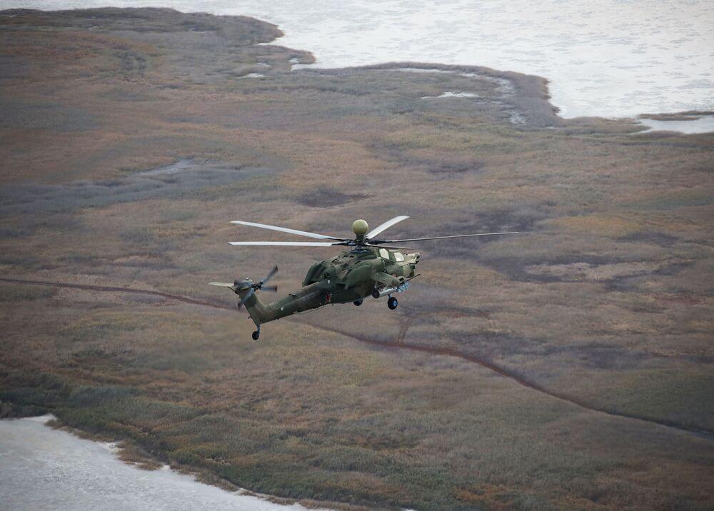 Piloci lotnictwa wojskowego Południowego Okręgu Wojskowego przechodzą szkolenie na śmigłowcu szkolno-bojowym Mi-28UB
