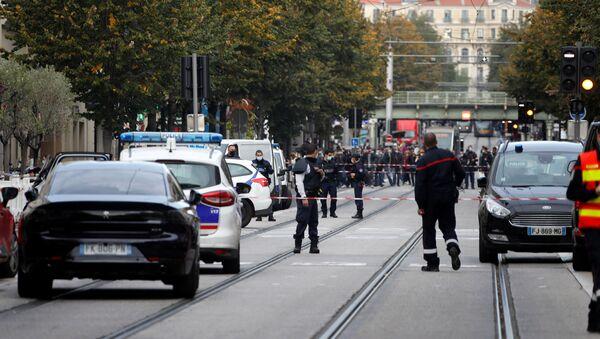 Policjanci w pobliżu katedry Notre Dame po zgłoszeniu ataku, Nicea - Sputnik Polska