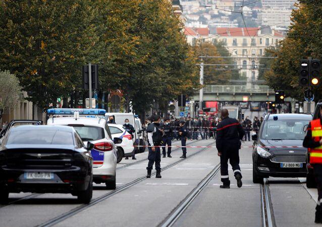 Policjanci w pobliżu katedry Notre Dame po zgłoszeniu ataku, Nicea.