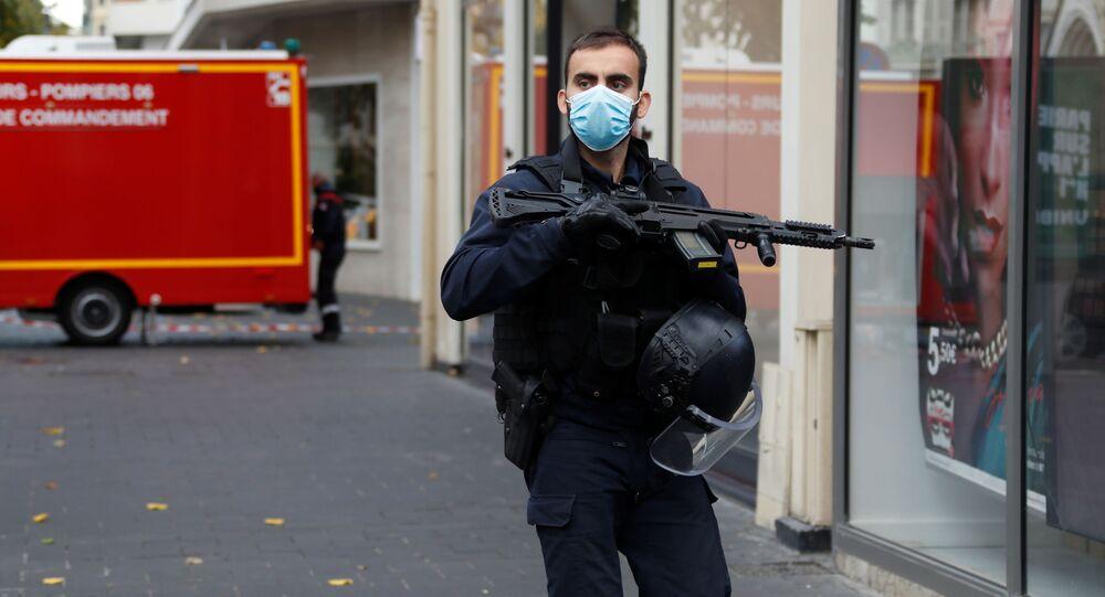 Pracownik ochrony w pobliżu katedry Notre Dame po zgłoszeniu ataku, Nicea.